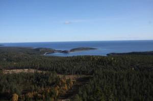 Utsikten från toppen av Hemsö hatt är fantastisk - inte minst en vindstilla dag med sol från klarblåhimmel! I fjärran Kläffsön med Arte 719 bunker för 15,2/51 batteriet.